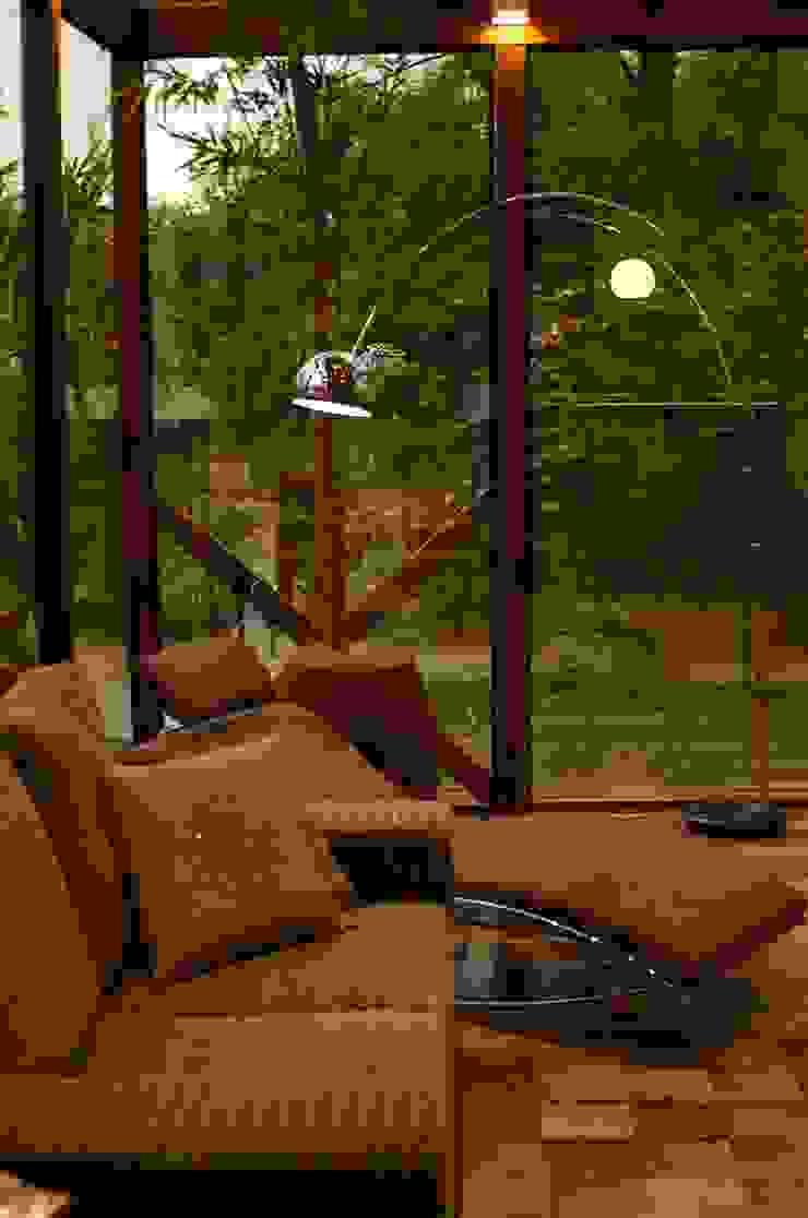 Comedores de estilo tropical de Juliana Lahóz Arquitetura Tropical Vidrio