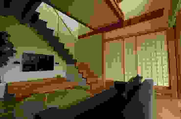 若葉いろの家 ラスティックデザインの リビング の FrameWork設計事務所 ラスティック
