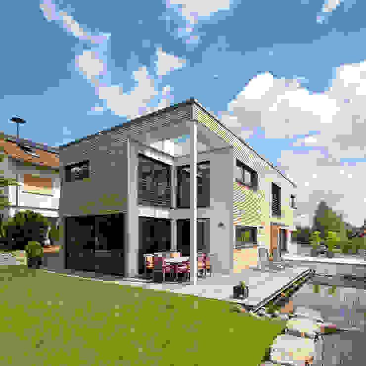 現代房屋設計點子、靈感 & 圖片 根據 KitzlingerHaus GmbH & Co. KG 現代風 複合木地板 Transparent