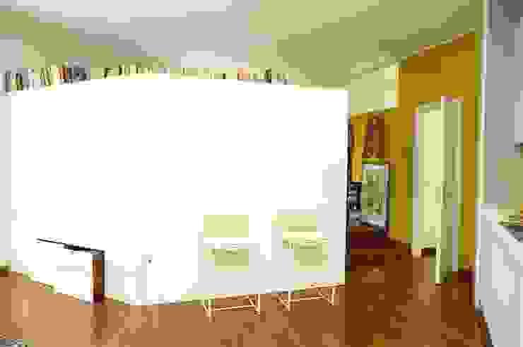 ROBERTA DANISI architetto Ruang Keluarga Modern Kayu White