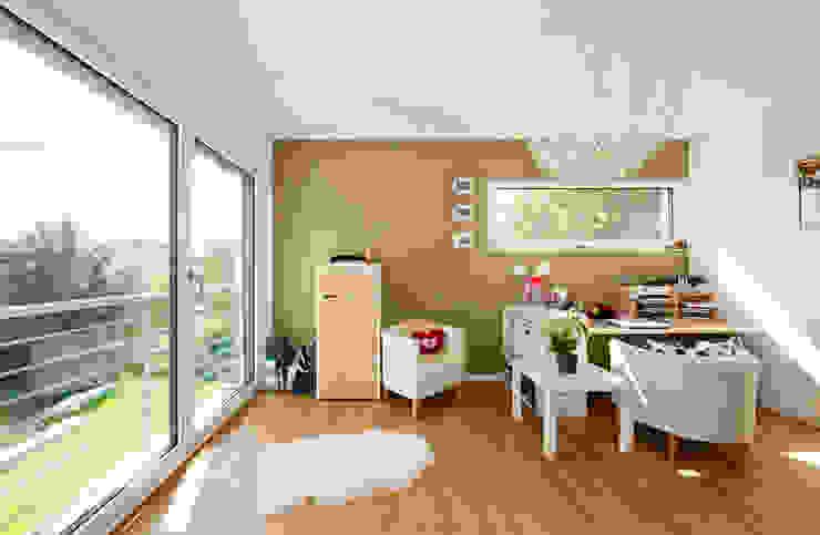 Arbeitszimmer mit bodentiefen Fenstern Moderne Arbeitszimmer von KitzlingerHaus GmbH & Co. KG Modern Holzwerkstoff Transparent
