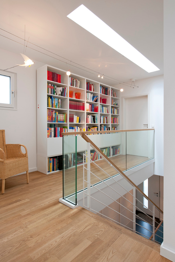 Galerie mit Bücherwand Moderner Flur, Diele & Treppenhaus von KitzlingerHaus GmbH & Co. KG Modern