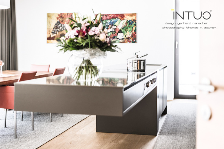 Minimalist Tyrol kitchen in grey and mellow wood. Cuisine minimaliste par Intuo Minimaliste