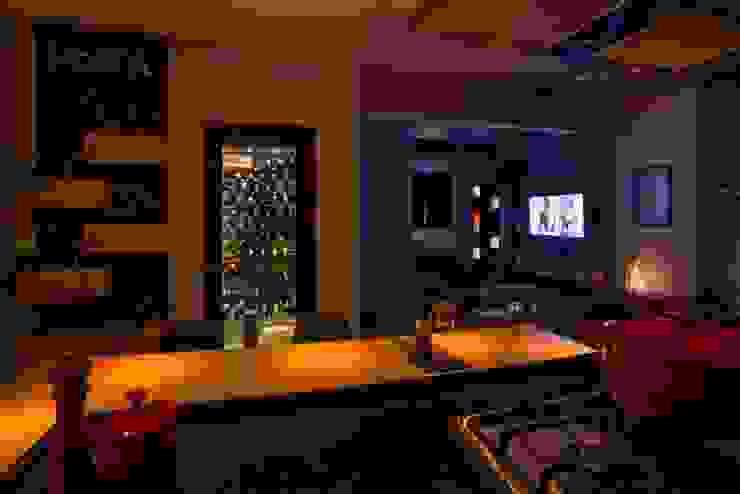 Sala de estar integrada e adega Adegas modernas por C. Arquitetura Moderno
