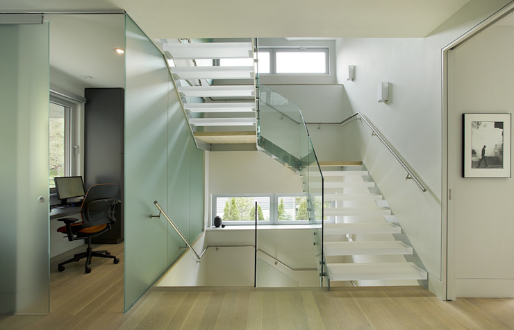 Light-filled stairs & home office ZeroEnergy Design 現代風玄關、走廊與階梯