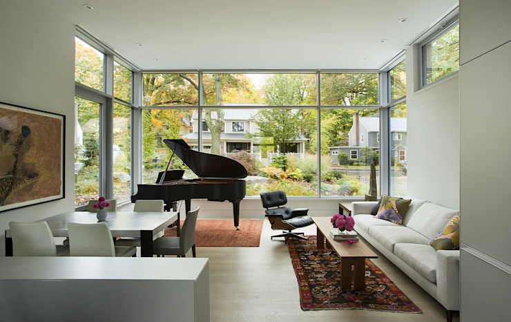 Open concept living area with grand piano ZeroEnergy Design 现代客厅設計點子、靈感 & 圖片