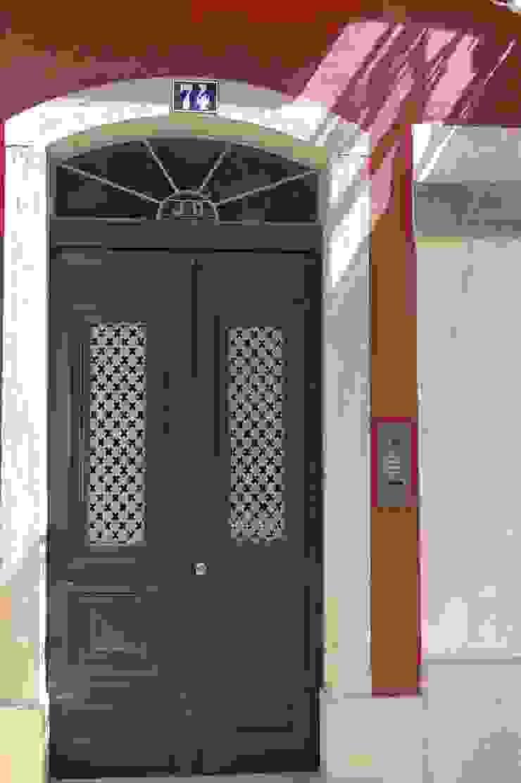 Porta de Entrada ARH Janelas e portas clássicas por QFProjectbuilding, Unipessoal Lda Clássico Madeira maciça Multicolor