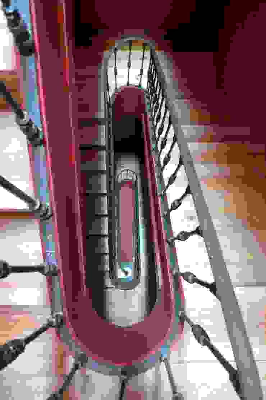 Alcantara Red Houses, Lisbon 2013 Corredores, halls e escadas clássicos por QFProjectbuilding, Unipessoal Lda Clássico