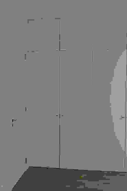 Armarios Quartos ARH Closets modernos por QFProjectbuilding, Unipessoal Lda Moderno MDF