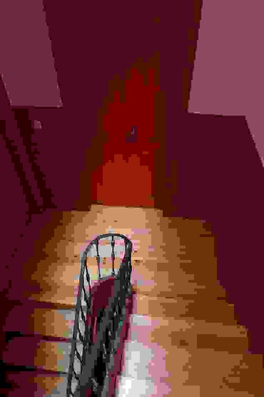 Caixa de escadas ARH Corredores, halls e escadas clássicos por QFProjectbuilding, Unipessoal Lda Clássico