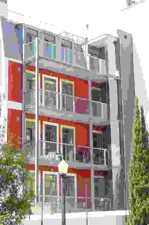 Alçado tardoz do Alcantara Red Houses Casas clássicas por QFProjectbuilding, Unipessoal Lda Clássico Alumínio/Zinco