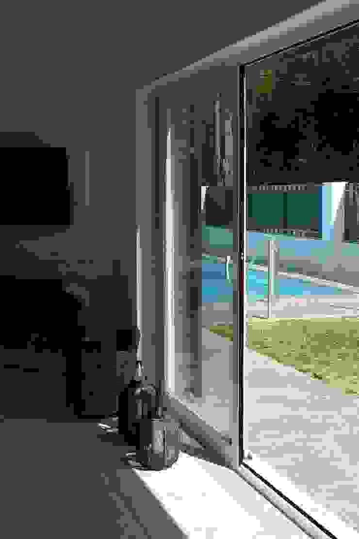 House – Carrasqueira, Sesimbra Janelas e portas modernas por QFProjectbuilding, Unipessoal Lda Moderno