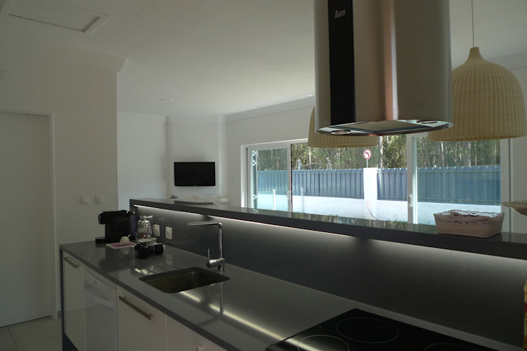 House – Carrasqueira, Sesimbra Cozinhas modernas por QFProjectbuilding, Unipessoal Lda Moderno