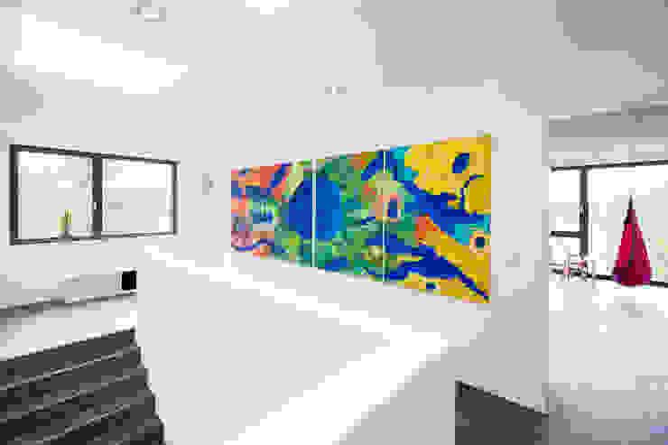 Коридор, прихожая и лестница в модерн стиле от sebastian kolm architekturfotografie Модерн