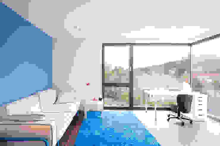 Детская комната в стиле модерн от sebastian kolm architekturfotografie Модерн