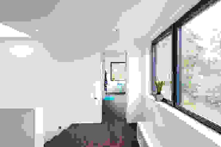 sebastian kolm architekturfotografie Modern Corridor, Hallway and Staircase