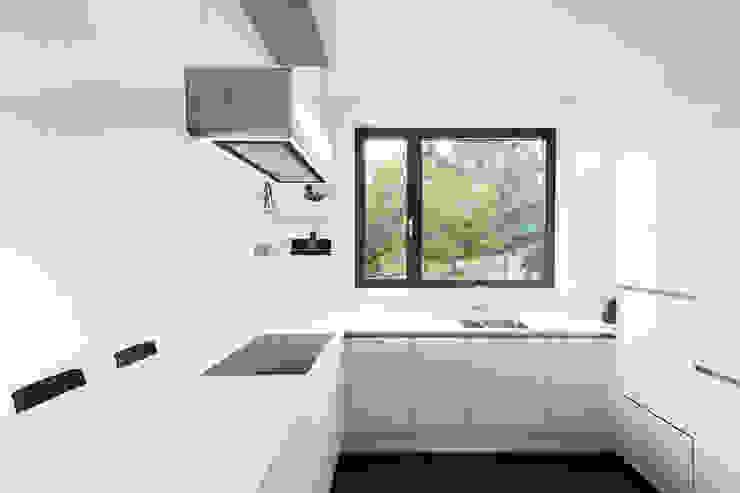 Кухня в стиле модерн от sebastian kolm architekturfotografie Модерн