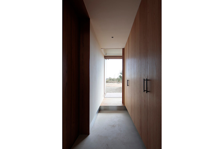 Modern Corridor, Hallway and Staircase by 桑原茂建築設計事務所 / Shigeru Kuwahara Architects Modern