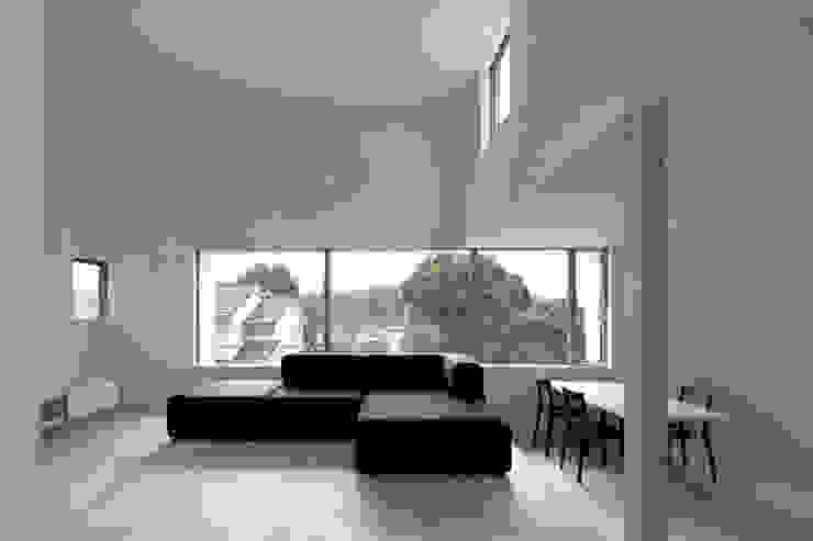 Salas de estilo escandinavo de 桑原茂建築設計事務所 / Shigeru Kuwahara Architects Escandinavo