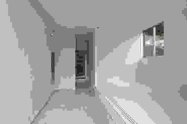 桑原茂建築設計事務所 / Shigeru Kuwahara Architects Scandinavian style corridor, hallway& stairs