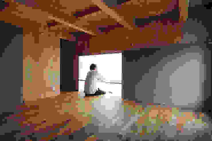 Study/office by 桑原茂建築設計事務所 / Shigeru Kuwahara Architects,