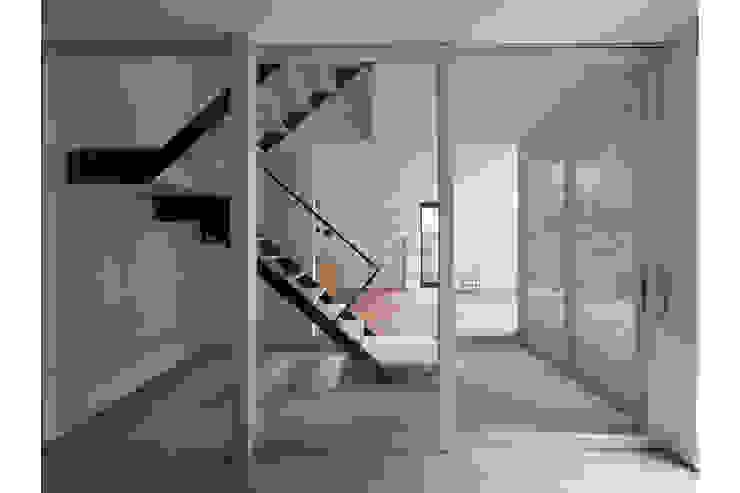 Pasillos, vestíbulos y escaleras de estilo moderno de 桑原茂建築設計事務所 / Shigeru Kuwahara Architects Moderno