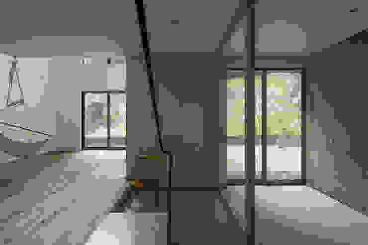 Коридор, прихожая и лестница в модерн стиле от 桑原茂建築設計事務所 / Shigeru Kuwahara Architects Модерн