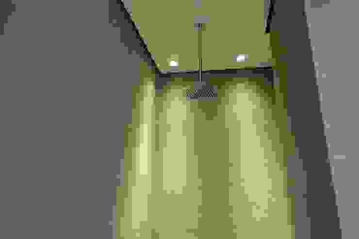 Plafond suspendu dans la douche avec ciel de pluie suspendu Salle de bain moderne par homify Moderne