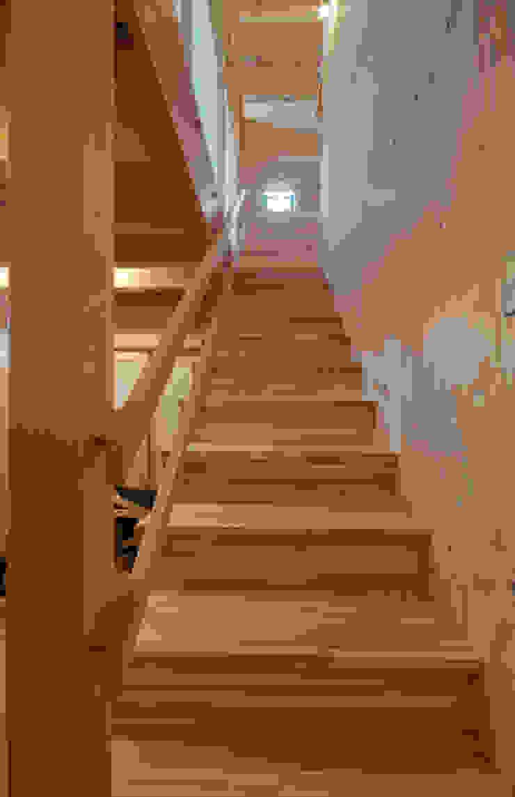 Pasillos, vestíbulos y escaleras de estilo rústico de FrameWork設計事務所 Rústico