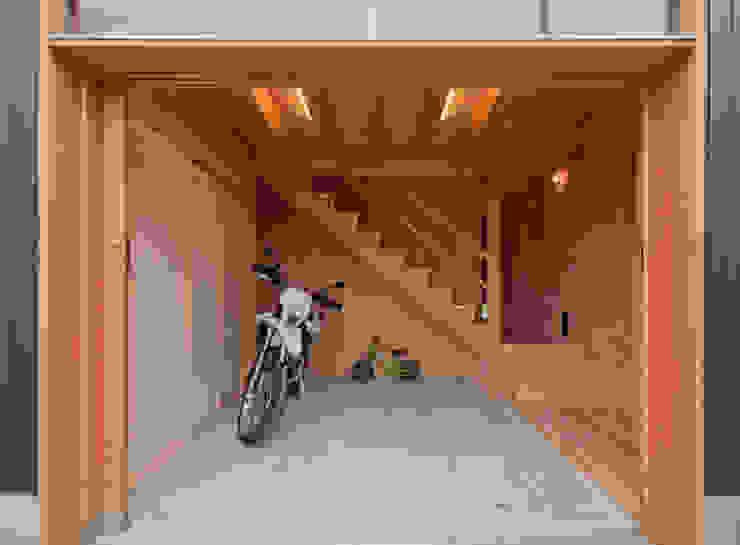 Corridor & hallway by FrameWork設計事務所, Rustic