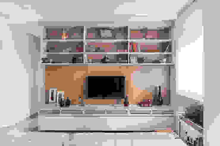 Sala de TV: Salas de estar  por Alma em Design