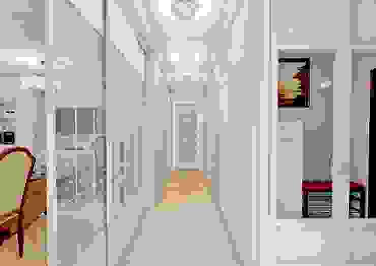Classic style corridor, hallway and stairs by MARIA MELNICOVA студия SIERRA Classic