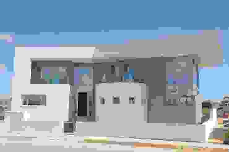 Diseño de la parte frontal de acceso. de DYOV STUDIO Arquitectura, Concepto Passivhaus Mediterraneo 653 77 38 06 Mediterráneo Caliza