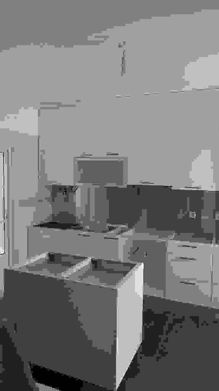 Colocação de nova cozinha Cocinas modernas de Atádega Sociedade de Construções, Lda Moderno