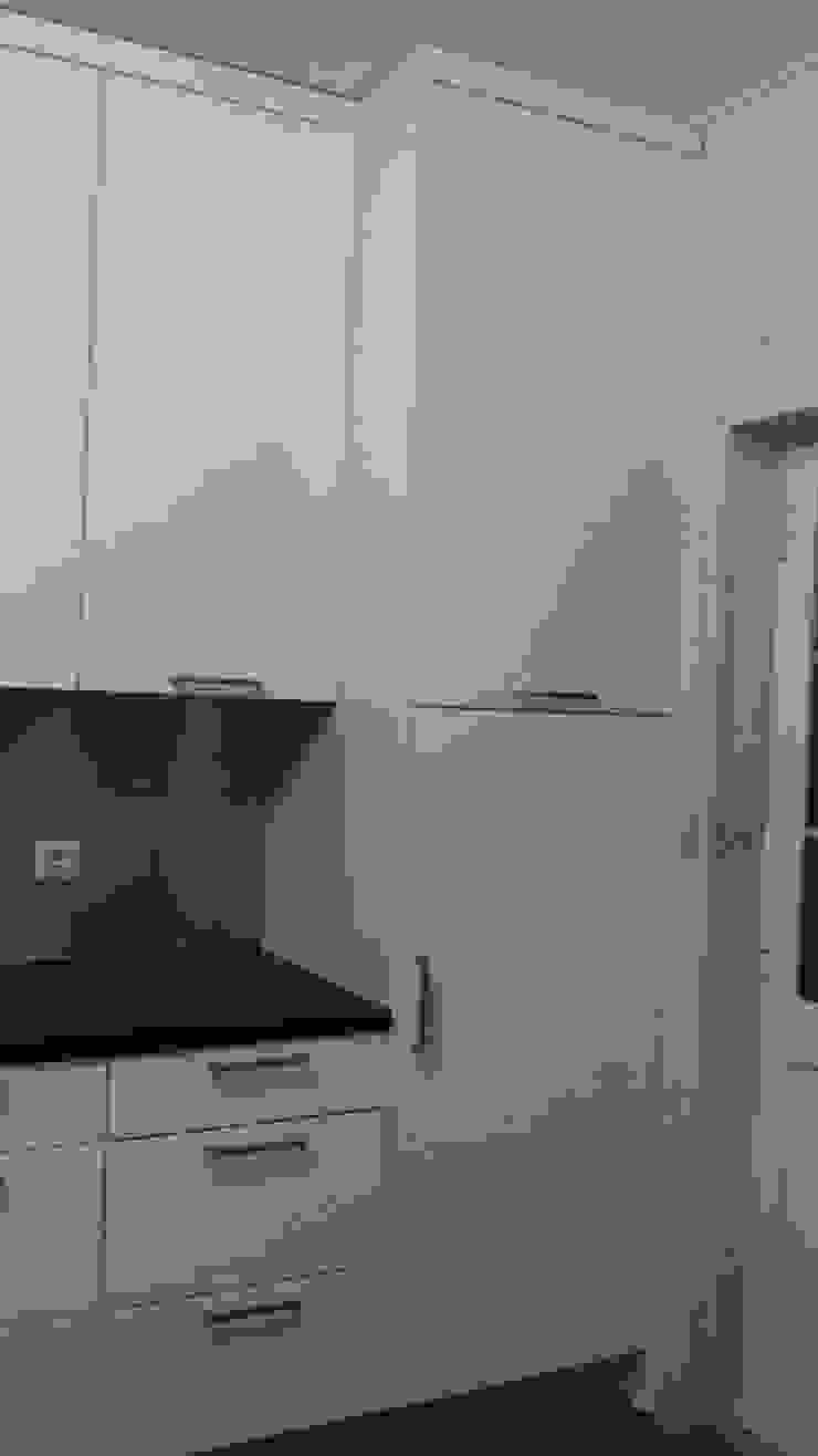 Fornecimento e montagem de cozinha com eletrodomésticos incluídos de Atádega Sociedade de Construções, Lda Moderno Tablero DM