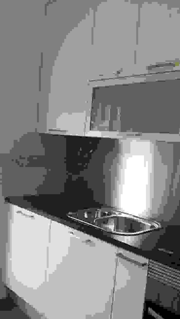 Fornecimento e montagem de cozinha com eletrodomésticos incluídos de Atádega Sociedade de Construções, Lda Moderno Aluminio/Cinc