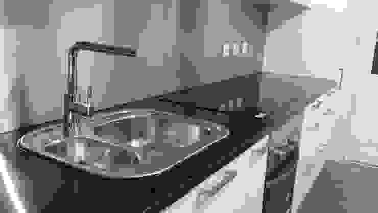 Lava loiça e torneira Cocinas modernas de Atádega Sociedade de Construções, Lda Moderno Piedra