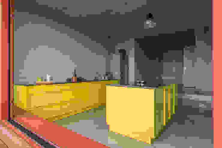 Popstahl Küchen Cocinas de estilo moderno Hierro/Acero Amarillo
