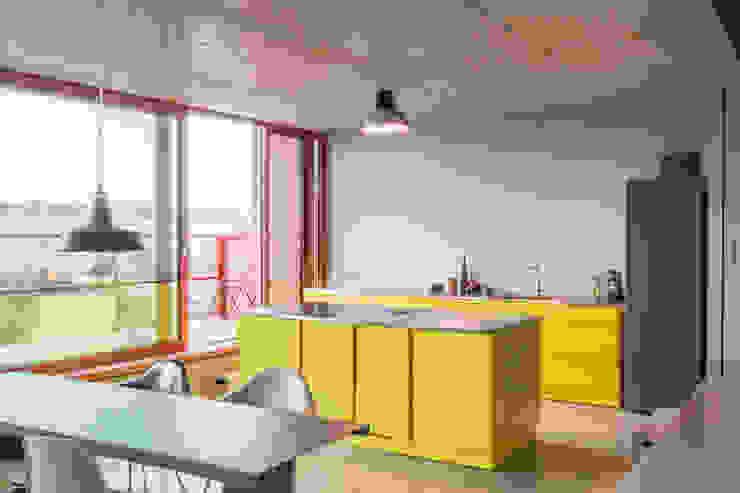Popstahl Küchen 現代廚房設計點子、靈感&圖片 鐵/鋼 Yellow