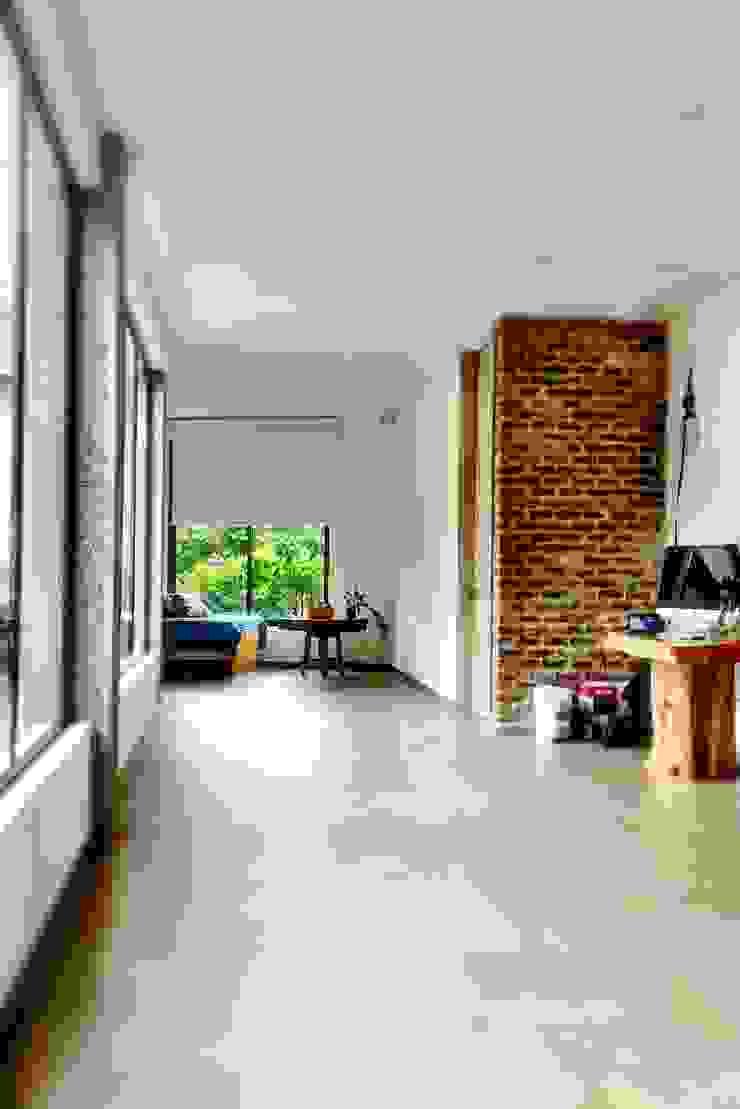 Casa La Vega Pasillos, vestíbulos y escaleras de estilo moderno de Vertice Oficina de Arquitectura Moderno