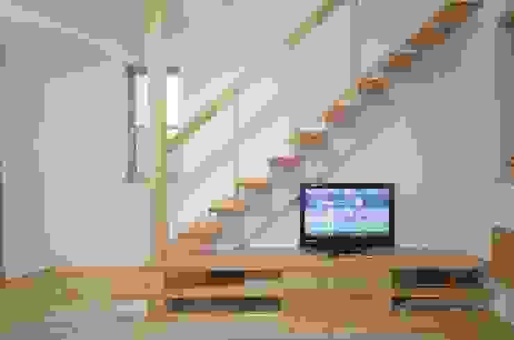 Salas modernas de 大塚高史建築設計事務所 Moderno Madera Acabado en madera