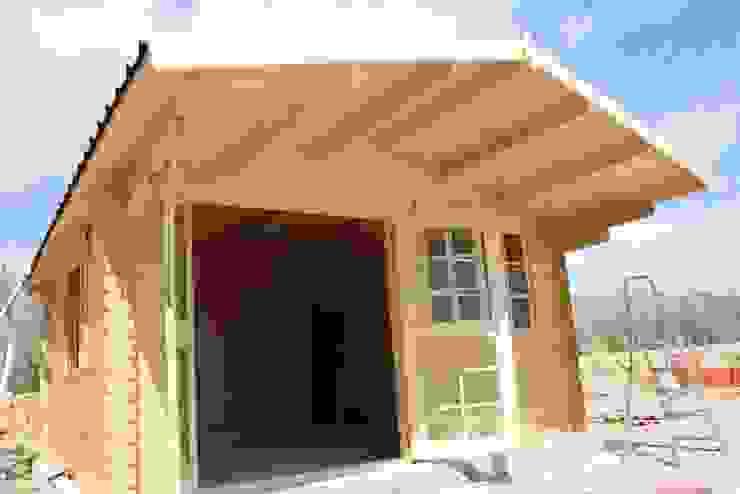 Apertura puerta doble y voladizo tejado de Hortum