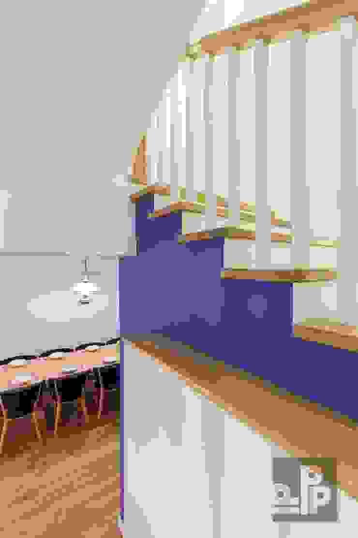 Couloir, entrée, escaliers originaux par Pogotowie Projektowe Aleksandra Michalak Éclectique