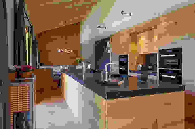 Кухня в стиле модерн от BAUR WohnFaszination GmbH Модерн Дерево Эффект древесины