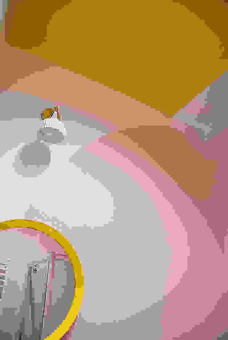 Finchstudio Baños de estilo moderno Multicolor
