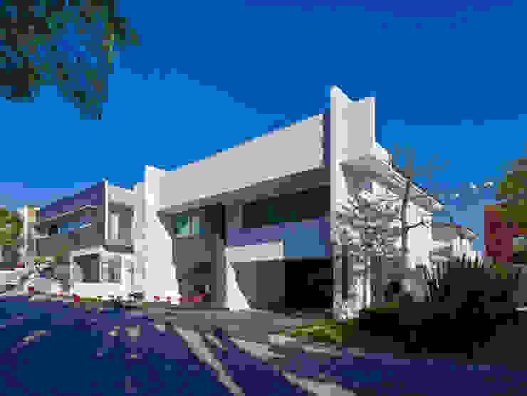 FACHADA EXTERIOR Casas modernas de Excelencia en Diseño Moderno Piedra