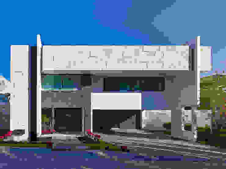 FACHADA FRONTAL Casas modernas de Excelencia en Diseño Moderno Piedra