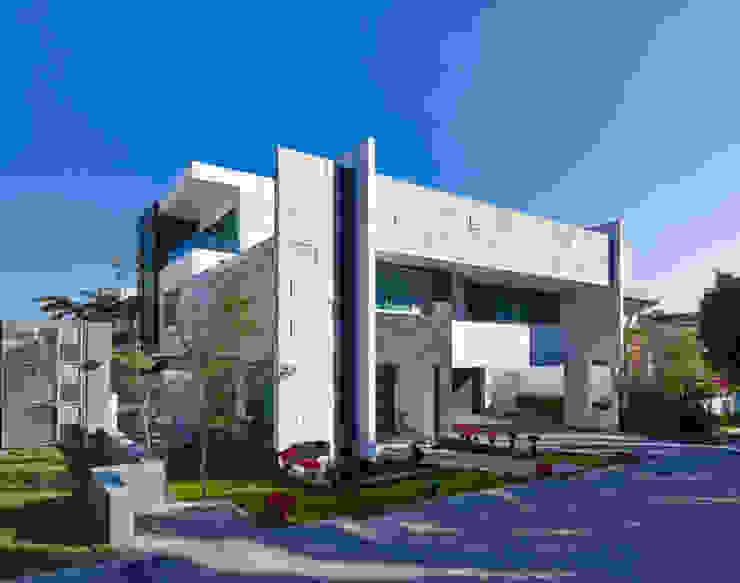 LA FACHADA FRONTAL Casas modernas de Excelencia en Diseño Moderno Piedra