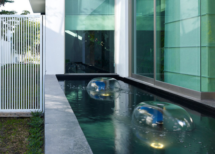 FUENTE LATERAL Casas modernas de Excelencia en Diseño Moderno Piedra