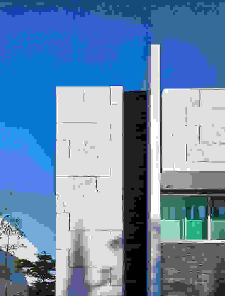 DETALLE DE FACHADA Casas modernas de Excelencia en Diseño Moderno Piedra